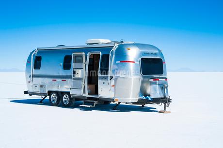 ウユニ塩湖とキャンピングカーの写真素材 [FYI02678601]