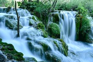 プリトヴィッツェ湖群の階段状の滝の写真素材 [FYI02678605]