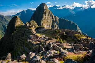 朝日のマチュピチュ遺跡とワイナピチュ峰の写真素材 [FYI02678608]