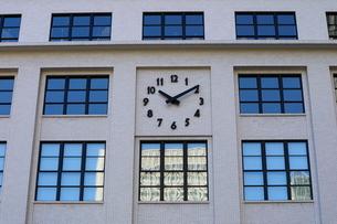 KITTEの外壁にあるシンボリックな時計の写真素材 [FYI02678624]