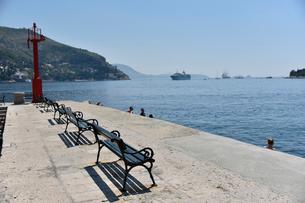 アドリア海を望む堤防のベンチの写真素材 [FYI02678643]