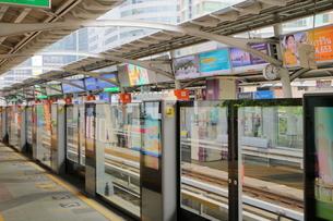 タイ・バンコクのBTSチョンノンシー駅のホームの写真素材 [FYI02678654]
