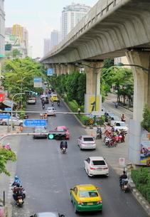 タイ・バンコクのBTSトンロー駅周辺の道路の写真素材 [FYI02678655]