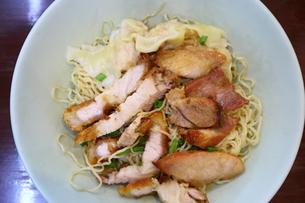タイ・バンコクのチキンまぜ麺の写真素材 [FYI02678667]