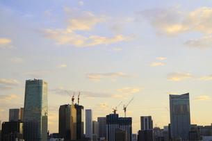 夜明けの港区の街並みの写真素材 [FYI02678670]
