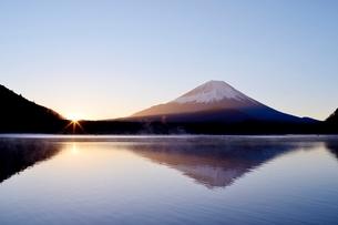 精進湖より望む日の出と富士山の写真素材 [FYI02678672]