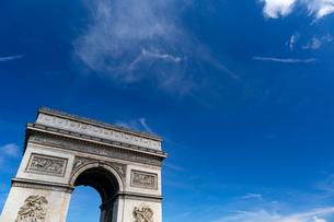 凱旋門ごしに望む青空の写真素材 [FYI02678688]