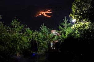 五山送り火の左大文字と観光客の写真素材 [FYI02678695]
