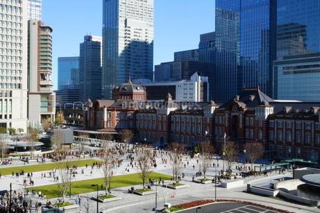 東京駅舎と駅前広場の写真素材 [FYI02678710]