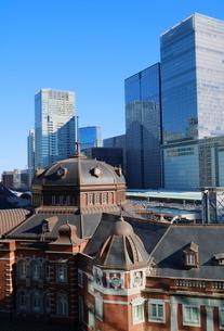 東京駅舎とグラントウキョウの写真素材 [FYI02678725]