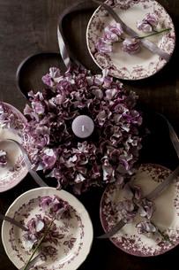 アンティークのお皿とスイートピーのフラワーリースの写真素材 [FYI02678744]