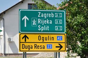 外国,クロアチアの道路標識の写真素材 [FYI02678749]