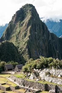 マチュピチュ遺跡のシンボル・ワイナピチュ峰の写真素材 [FYI02678764]