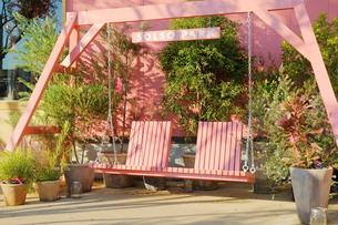 フラワーショップの前にあるピンクのブランコの写真素材 [FYI02678768]