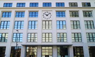 KITTEの外壁にあるシンボリックな時計の写真素材 [FYI02678783]