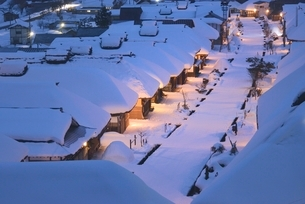 雪の夜の大内宿の写真素材 [FYI02678789]