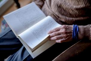 読書をするシニア男性の手の写真素材 [FYI02678790]