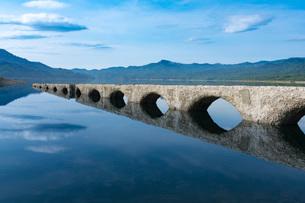 糠平湖のタウシュベツ橋梁の写真素材 [FYI02678795]