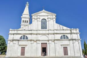 ロヴィニュの丘の上の教会の写真素材 [FYI02678826]