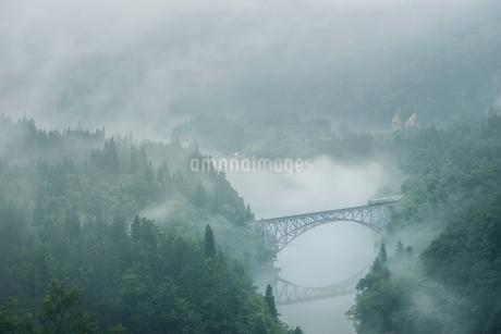 霧の第一只見川橋梁の写真素材 [FYI02678829]