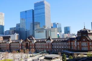 東京駅舎と駅前広場の写真素材 [FYI02678847]
