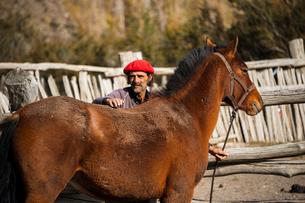パタゴニアの牧童ガウチョと馬の写真素材 [FYI02678861]