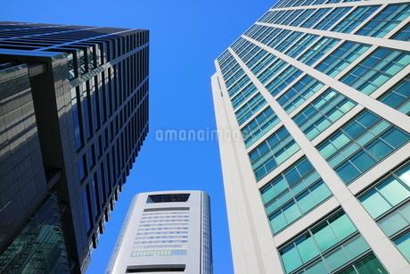 青空に映えるビルの写真素材 [FYI02678885]