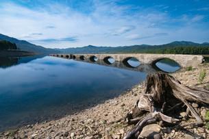 糠平湖のタウシュベツ橋梁の写真素材 [FYI02678911]
