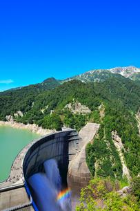 夏の立山 黒部ダム観光放水と虹の写真素材 [FYI02678914]