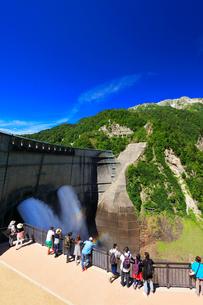 夏の立山 黒部ダム観光放水と虹の写真素材 [FYI02678958]