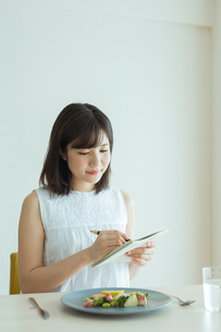 レコーディングダイエットをする女性の写真素材 [FYI02678962]
