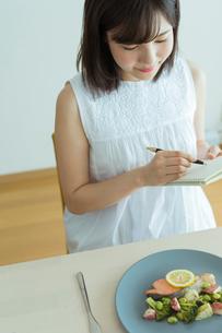 レコーディングダイエットをする女性の写真素材 [FYI02678992]