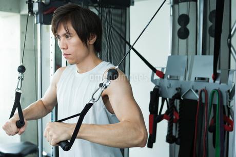ジムでトレーニングする若い男性の写真素材 [FYI02679006]