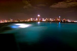 バンコック夜景とプライベートプールの写真素材 [FYI02679041]