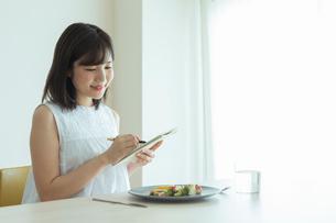 レコーディングダイエットをする女性の写真素材 [FYI02679045]