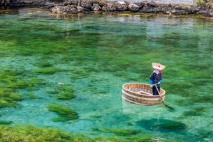 新潟県 佐渡島 小木のたらい舟の写真素材 [FYI02679066]