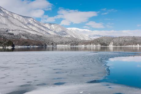 冬の青木湖の写真素材 [FYI02679071]
