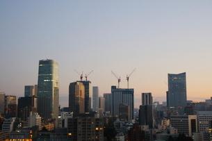 朝焼けに輝く港区の高層ビル群の写真素材 [FYI02679080]