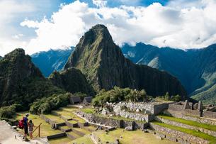マチュピチュ遺跡とワイナピチュ峰の写真素材 [FYI02679082]