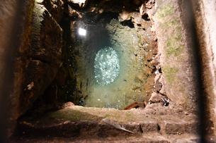 地下の聖ルチア礼拝堂・クリプトの井戸の写真素材 [FYI02679096]