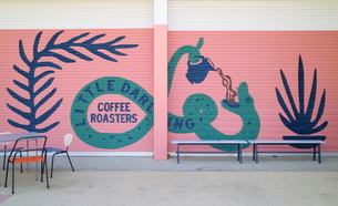 公園のコーヒーショップの壁面アートの写真素材 [FYI02679111]