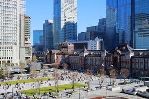 東京駅舎と駅前広場の写真素材 [FYI02679116]