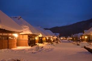 雪の夜の大内宿の写真素材 [FYI02679166]