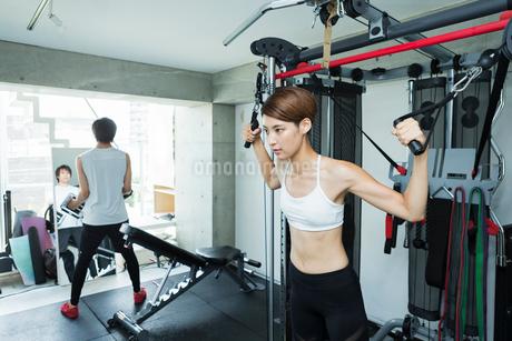 ジムでトレーニングする若い男女の写真素材 [FYI02679169]