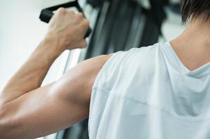 ジムでトレーニングする男性の腕の写真素材 [FYI02679178]
