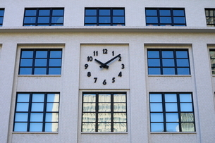 KITTEの外壁にあるシンボリックな時計の写真素材 [FYI02679200]