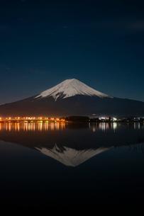 河口湖から望む冠雪の富士山と逆さ富士の写真素材 [FYI02679201]