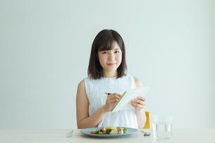 レコーディングダイエットをする女性の写真素材 [FYI02679204]
