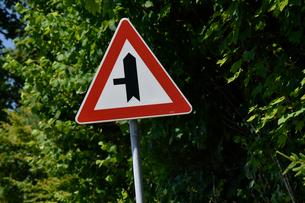 横道注意の標識の写真素材 [FYI02679205]