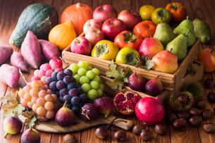 秋の野菜と果物の写真素材 [FYI02679208]
